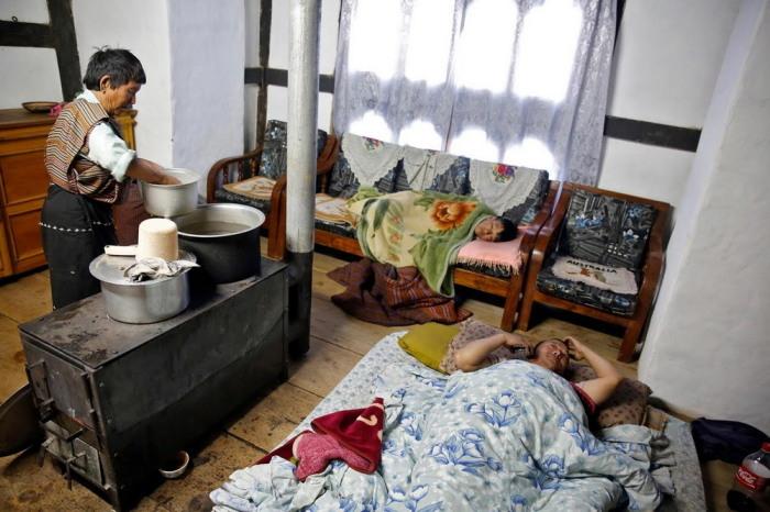Пока в столице Тхимпху кипит жизнь и цивилизация, за её пределами люди спят на полу и готовят на печи.