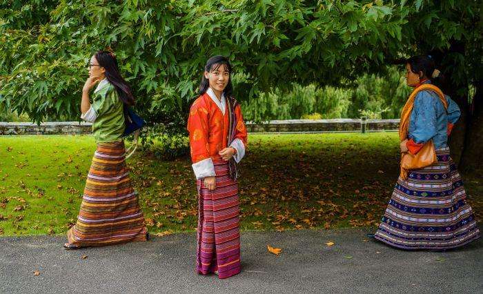 Девушки в традиционных одеждах.
