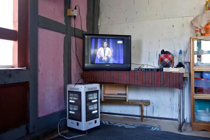 Несмотря на то, что за пределами столицы жизнь не сахар, телевизор есть в каждом доме.