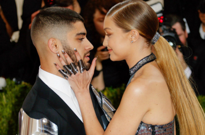 А ещё, он публично признался ей в своей любви. \ Фото: cosmo.ru.