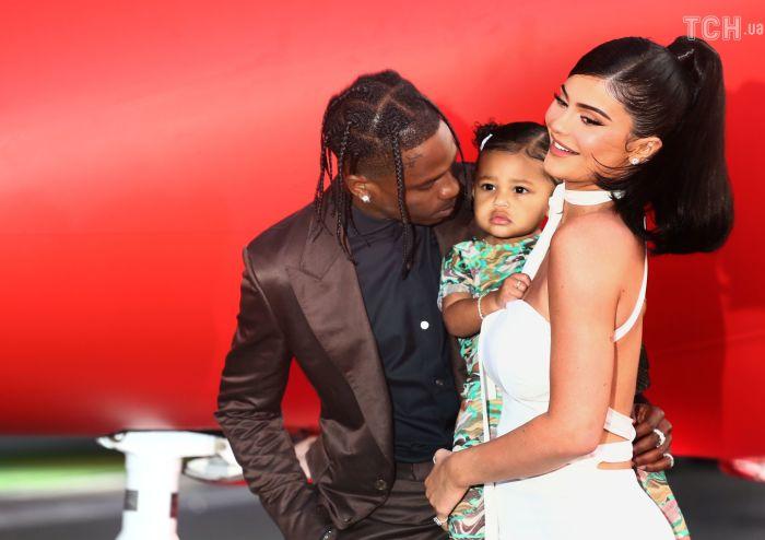 Кайли Дженнер с мужем и дочерью. \ Фото: tsn.ua.