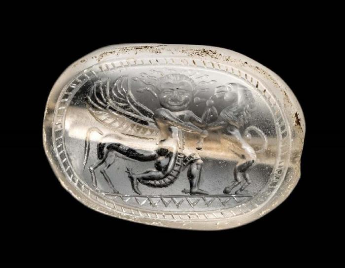 Драгоценный камень с горгоной в виде крылатого кентавра, схватившего льва, VI век до нашей эры. \ Фото: google.com.