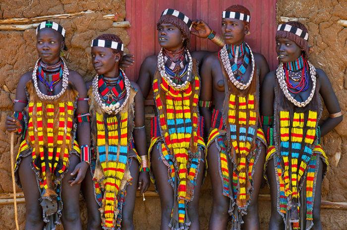 Самые красивые девушки Эфиопии утверждают, что украшений много не бывает.