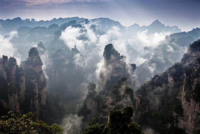 Туман в горах Улинъюань.