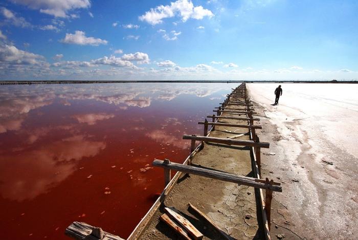 Соленое озеро Сасык-Сиваш в Крыму расположено к востоку от Евпатории. Автор фото: Алексей Павлишак.