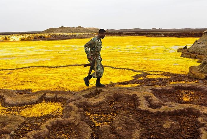 Горячие источники в Даллоле (Эфиопия) благодаря своей почти флуоресцентной яркости привлекают большое число туристов. Автор фото: Ziv Koren.