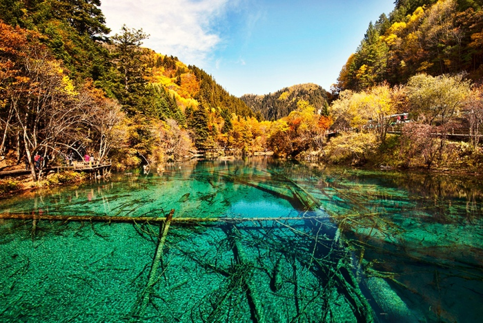 Озеро Пяти Цветков в Цзючжайгоу (Китай).