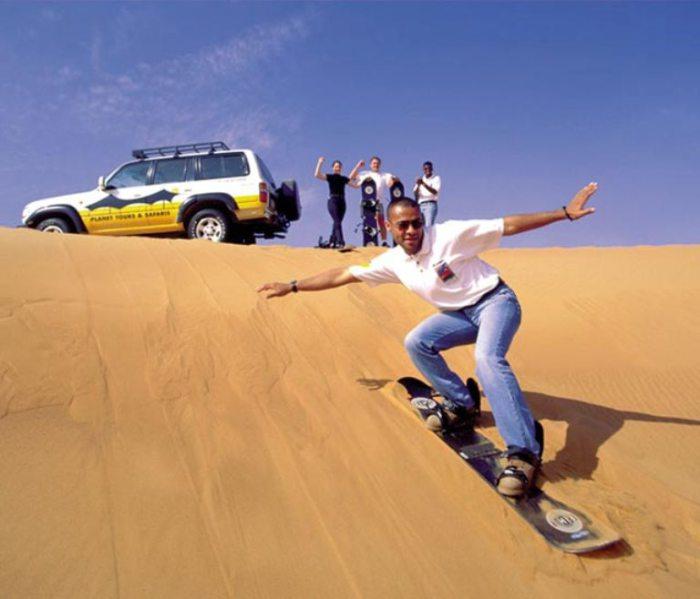 Катание на досках по песчаным барханам.  Автор фото неизвестен.
