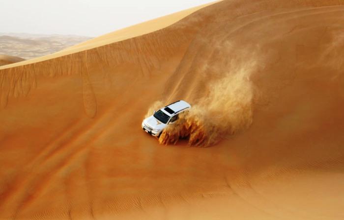 Покоряя песчаные барханы.  Автор фото неизвестен.