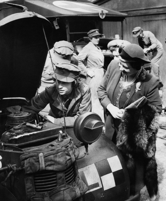 Принцесса Елизавета и королева Елизавета, 1945 год, Камберли, Великобритания.