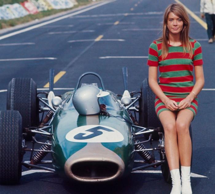 Франсуаза Арди верхом на болиде Формулы 1. 1966 год.