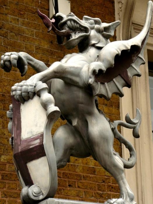 Статуя дракона у лондонского кафедрального собора.
