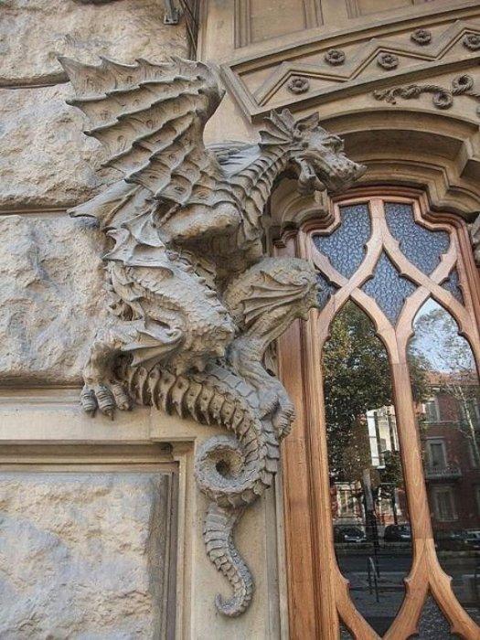 Дракон ар-нуво, украшающий вход в Палаццо Витторио, Турин, Италия.