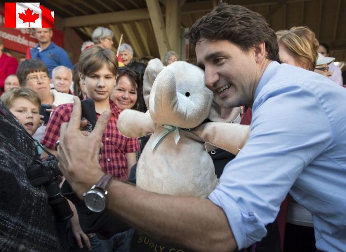 А ещё слон сфотографировался с премьер-министром Канады Джастином Трюдо.