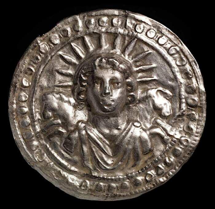 Диск с серебряными листьями, посвященный богу солнца Солу Непокорному, 3 век н. э. \ Фото: worldhistory.org.