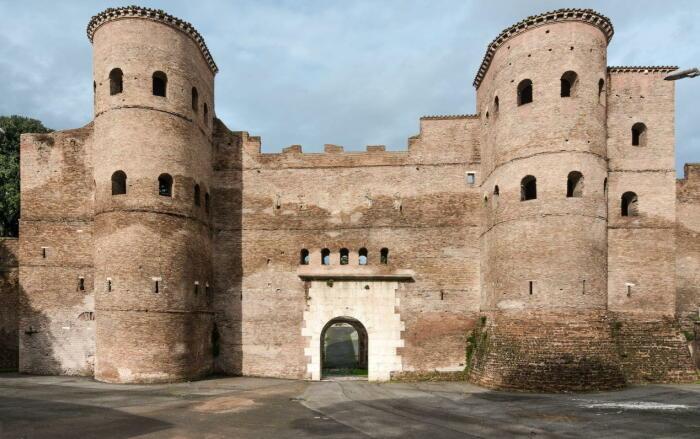 Стены Аврелия  (две башни-дополнение пятого века, построенное императором Гонорием), Рим. \ Фото: colosseumrometickets.com.