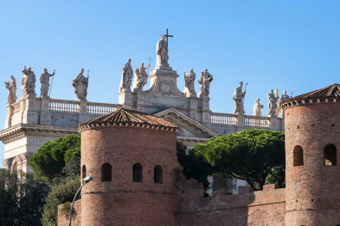 Стены Аврелиана и Папская базилика Святого Иоанна в Латеране. \ Фото: google.com.
