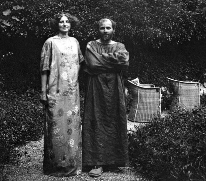 Эмили Флеге и Густав Климт в саду виллы, 1908 год. \ Фото: twitter.com.