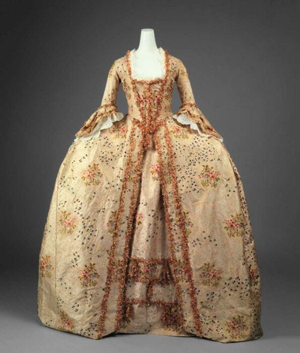 Халат а-ля Франсез, сшитый во Франции XVIII века, 1770 год. \ Фото: google.com.