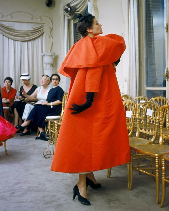 Модель в красной вечерней накидке от Кристобаля Баленсиаги, Неделя моды в Париже,1954-55 гг. \ Фото: thetimes.co.uk.