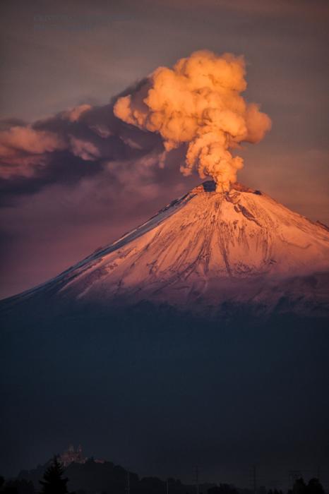 Извержение вулкана утром. Автор фото: Кристобаль Гарсиаферро Рубио.