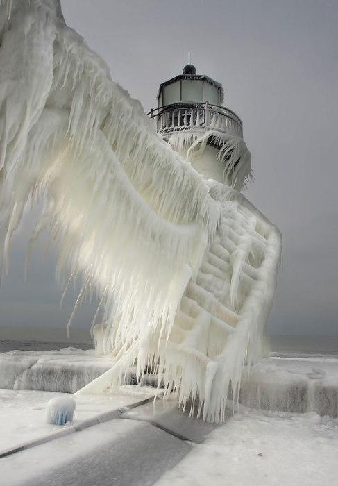 Проделки зимы. Замерзший маяк.