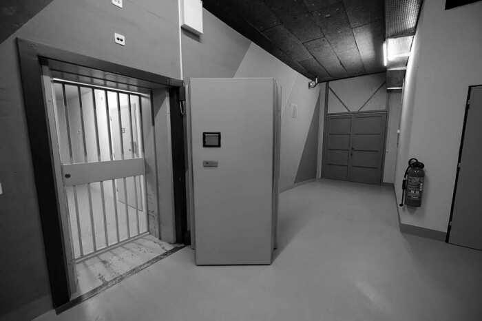 Сейф с бронированной дверью внутри Свободного порта Женевы. \ Фото: twitter.com.