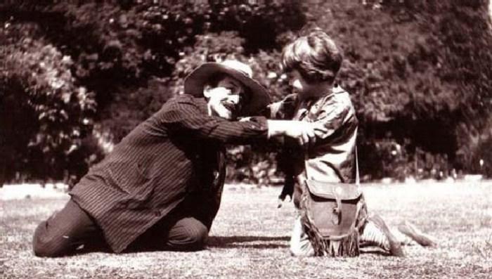 Майкл, одетый как Питер Пэн, с Джеймсом Барри, изображающим Капитана Крюка. Август 1906 года. \ Фото: volshebnayakofeinya.blogspot.com.