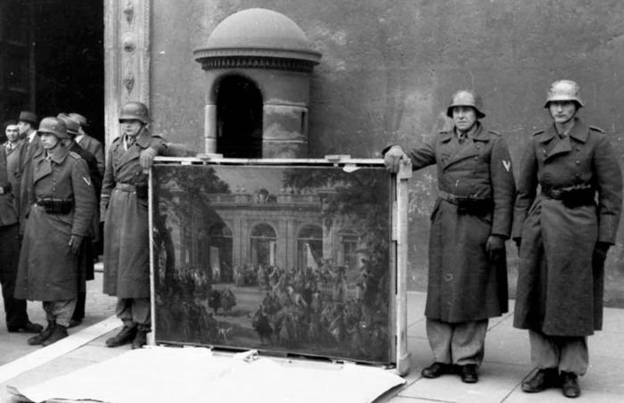 Солдаты дивизии Германа Геринга позируют с картиной Паннини у Палаццо Венеция, 1944 год. \ Фото: ru.wikipedia.org.