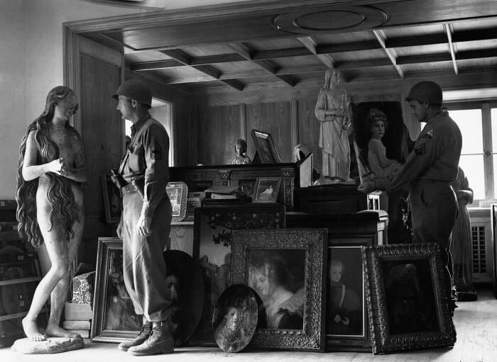 Американский солдат в скрытой пещере Германа Геринга в Кенигзее любуется статуей Евы XV века,  1945 год. \ Фото: twitter.com.