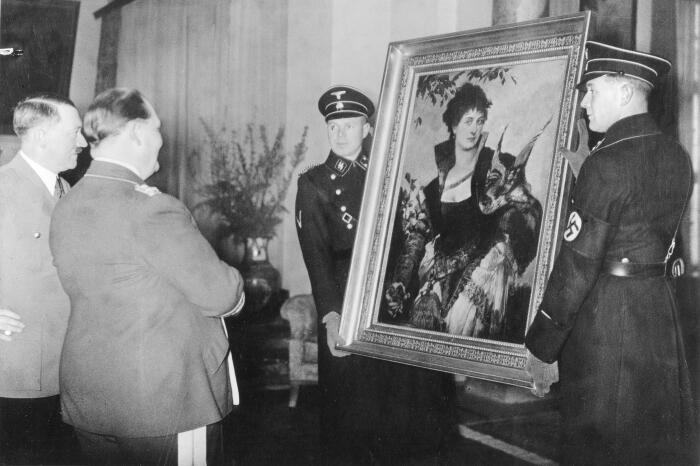 Гитлер по случаю  дня рождения Германа Геринга вручает ему работу Ганса Макарта. \ Фото: thetimes.co.uk.