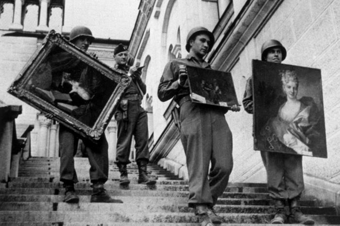 Нацисты, расхищающие искусство. \ Фото: thedailybeast.com.