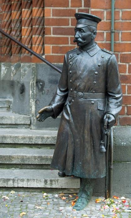 Капитан из Кёпеника - бронзовая статуя. \ Фото: de.wikipedia.org.