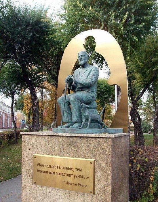 Памятник Лобсангу Рампе. \ Фото: yandex.ua.
