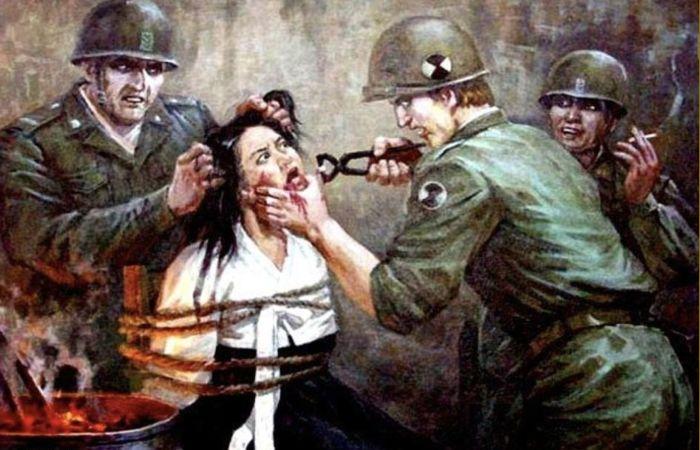 Американские солдаты пытают корейскую женщину.