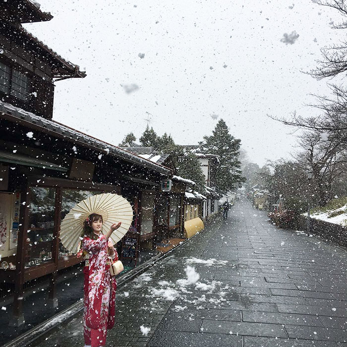 Майко любуется снегом.