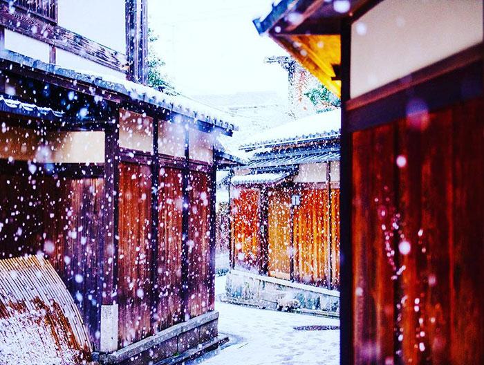 Снег на улицах Киото.