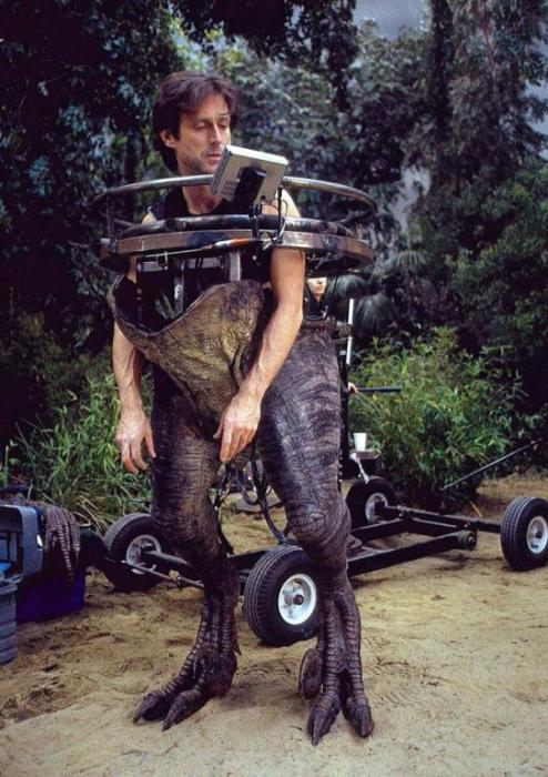 Джон Розенгрант - художник по эффектам, в костюме раптора.