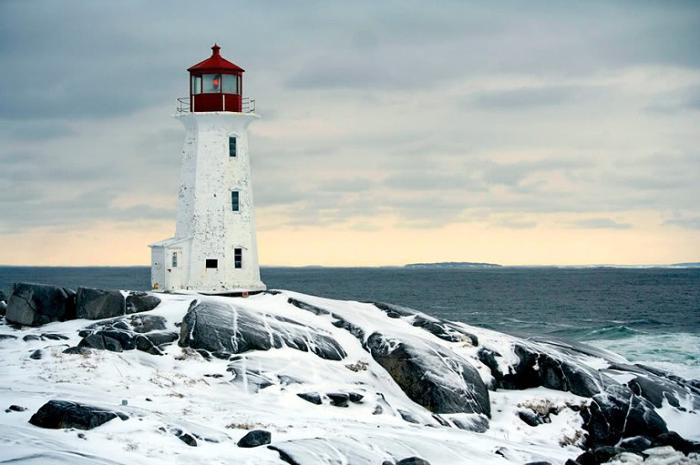 Красивый маяк на побережье Peggy's Cove. (Бухточка Пегги.)