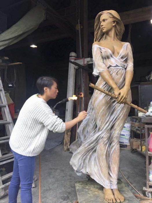 Лу Ли за работой. Автор: Luo Li Rong.