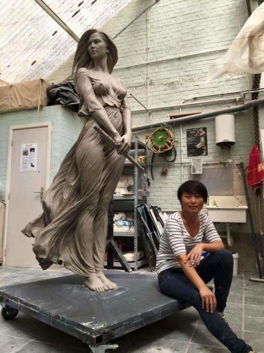 Лу с одной из своих скульптур. Автор: Luo Li Rong.