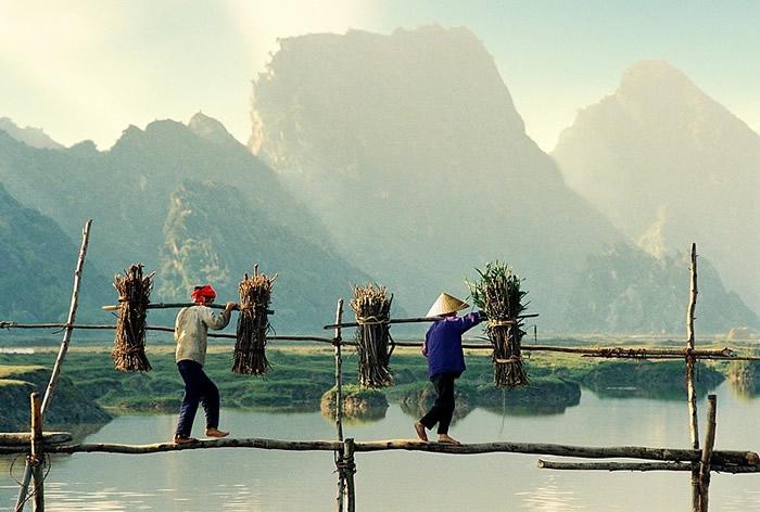 Переход через реку. Автор: Ly Hoang Long.