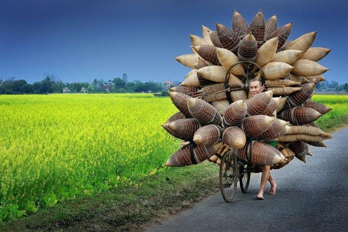 Мужчина с корзинами. Автор: Ly Hoang Long.