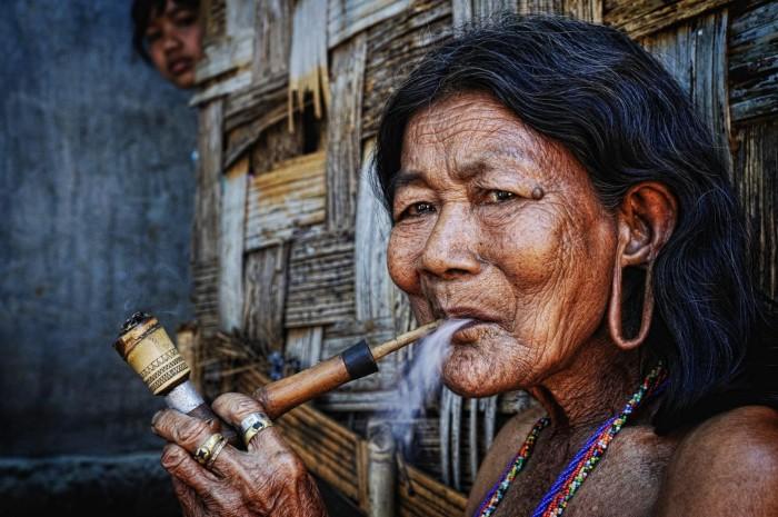 Женщина с трубкой. Автор: Ly Hoang Long.