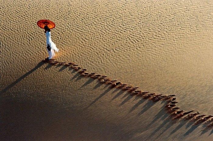 Девушка с красным зонтиком. Автор: Ly Hoang Long.