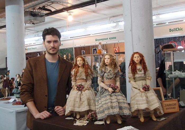 Михаил со своими кукольными красавицами.