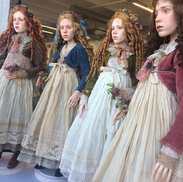Глядя на этих кукол, мы видим совершенно живых девочек, невероятно красивых в своей подростковой неуклюжести. Автор: Михаил Зайков.