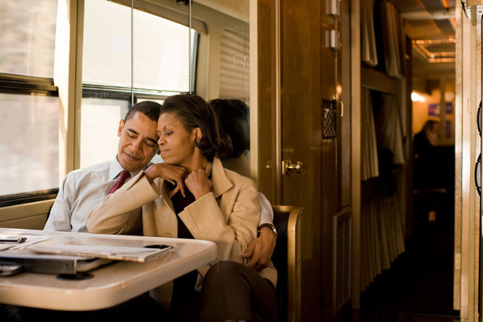 Мишель и Барак Обама в агитационном автобусе на пути в Нью-Гэмпшир после ночной встречи с избирателями в 2008 году.