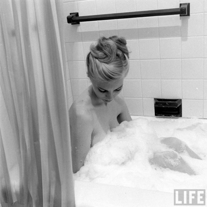 Принимая ванну после долго трудового дня.