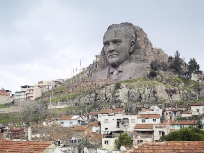 Лицо Ататюрка, Измир, Турция, 40 метров. Автор: Fabrice Fouillet.